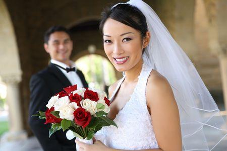 interracial marriage: Una bella sposa e sposo a bella chiesa nel corso di nozze