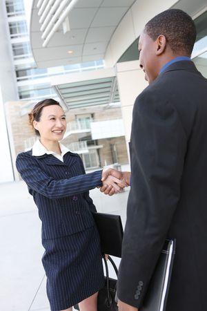 transaction: Een aantrekkelijk team van diverse mensen uit het bedrijfsleven de handen schudden Stockfoto