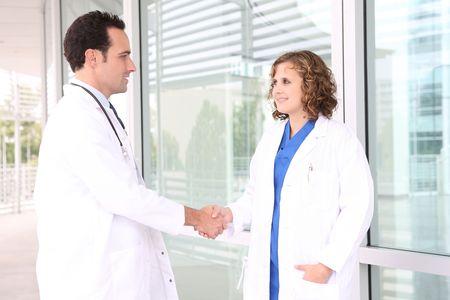 Un hombre y una mujer equipo médico en el hospital dándole la mano Foto de archivo - 3658268