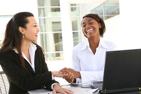 Een jonge aantrekkelijke en gevarieerde vrouwen business team met de computer