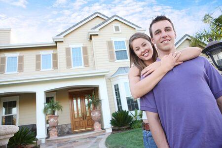 Een jong paar in liefde voor hun nieuwe huis