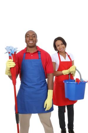 cleaners: Een aantrekkelijke man en vrouw bedrijf schoonmaakbenodigdheden