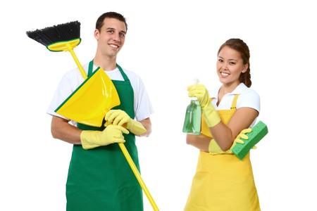mujer limpiando: Un atractivo hombre y la mujer la celebraci�n de limpieza
