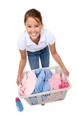 servicio domestico: Una hermosa mujer joven lavar ropa en casa