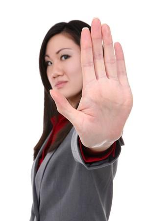 persona enojada: Una hermosa mujer de negocios asi�ticos haciendo un gesto con la mano parada