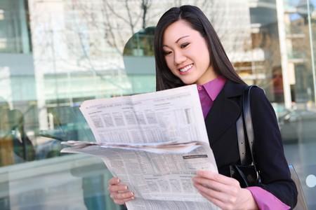 사무실 건물에서 신문을 읽는 예쁜 아시아 비즈니스 여자 스톡 콘텐츠 - 4356570