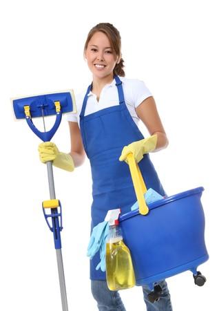 sirvienta: Una linda mujer de limpieza limpia con cubo y fregona Foto de archivo