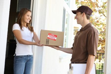 pakiety: A przystojny młody człowiek dostawy dostarczanie pakietu