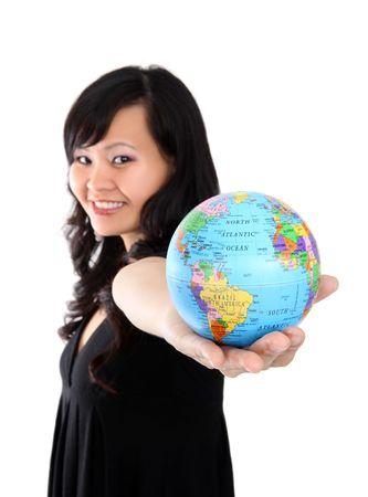 holding globe: Pretty woman asian azienda globo del mondo Archivio Fotografico