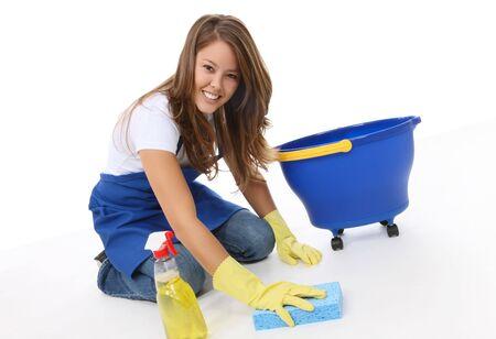 Una linda mujer de limpieza con una esponja limpia y spray Foto de archivo