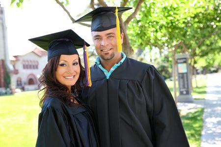 graduacion de universidad: Un hombre y una mujer joven en la universidad de graduaci�n