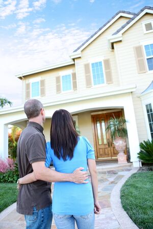 그들의 사랑하는 집 앞에서 매력적인 행복한 커플