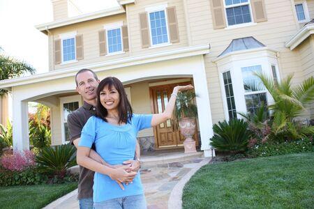 Una atractiva joven feliz diversas frente a su casa en el amor Foto de archivo - 5096756