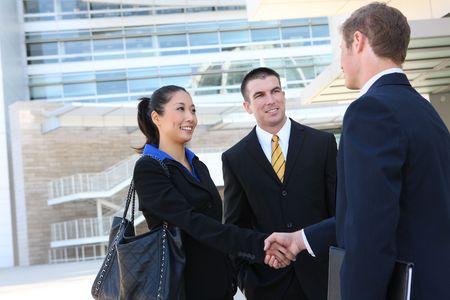 mani che si stringono: Un uomo d'affari e la donna presso la sede del team si stringono la mano