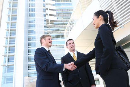 mani che si stringono: Un uomo d'affari e donna presso la sede del team si stringono la mano