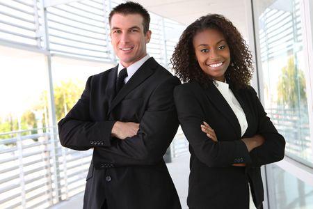 profesionistas: Un hombre de �frica y de raza cauc�sica y equipo diverso mujer de negocios