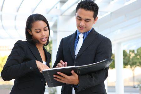 Un equipo de negocio de hombre y mujer diverso en su edificio de oficinas de empresa Foto de archivo - 5844806