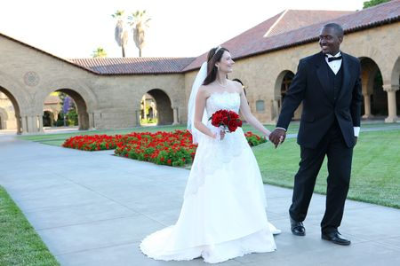 Een aantrekkelijke man en vrouw bruiloft paar klaar te zijn getrouwd Stockfoto