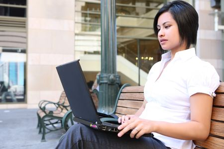 ethic: Una donna giovane graziosa etica di lavoro sul computer portatile del campus universitario Archivio Fotografico