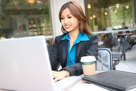 꽤 아시아 비즈니스 여자가 그녀의 랩톱 컴퓨터에서 작동