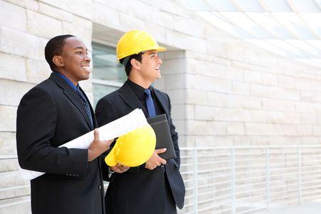 Ein attraktiv Business Team arbeiten Bau auf der Baustelle