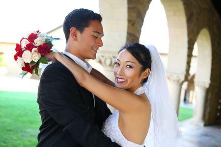 interracial marriage: Prettyl sposa e sposo handsome alla Chiesa durante il matrimonio