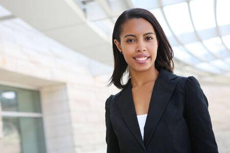 sexy secretary: Una mujer de negocios bastante africano americano en su edificio de oficinas