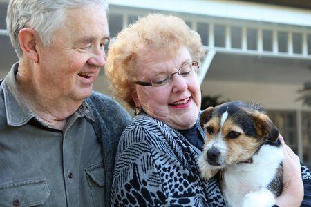 frau mit hund: Ein upbeat freudig �lterer Mann und Frau Paar in Liebe zu Hause mit Hund Lizenzfreie Bilder