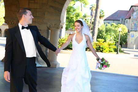 interracial marriage: Una bella sposa e sposo handsome alla Chiesa durante il matrimonio