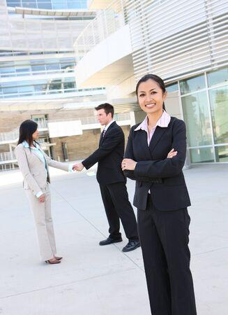 Een diverse aantrekkelijke man en vrouw business team op kantoor gebouw Stockfoto