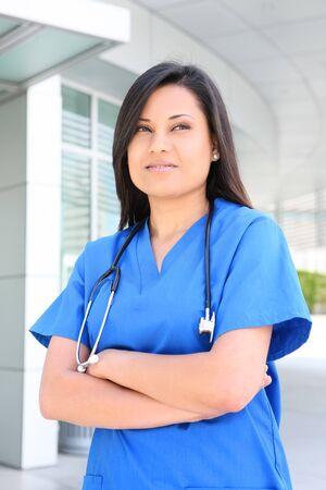 Een jonge mooie Aziatische vrouw verpleegster buiten het zieken huis  Stockfoto
