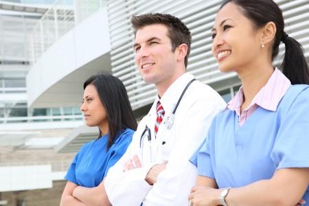 equipe medica: Un attraente successo uomo e donna team medico fuori ospedale Archivio Fotografico