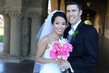 interracial marriage: Una bella sposi handsome presso la Chiesa durante il matrimonio Archivio Fotografico