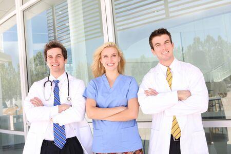 医師と看護師は病院で聴診器に笑みを浮かべてください。