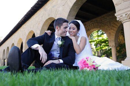 美しい花嫁とハンサムな新郎結婚式中に教会で