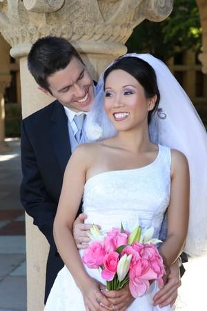 interracial: Eine sch�ne Braut und gut aussehend Br�utigam in der Kirche w�hrend der Hochzeit