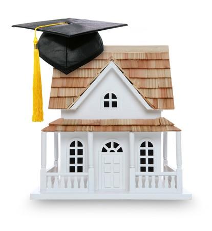 大学教育および家の所有権の概念的な写真