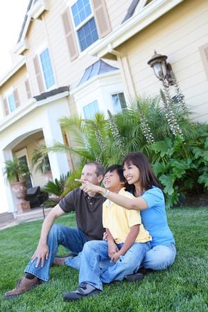 asian home: Famiglia felice attraente di fuori di casa loro divertimento Archivio Fotografico