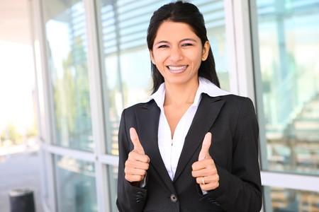 成功を祝うの親指を持つかなりインド ビジネス女性