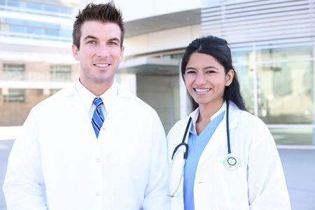 Hansome homme et une femme médecin infirmière hors hôpital