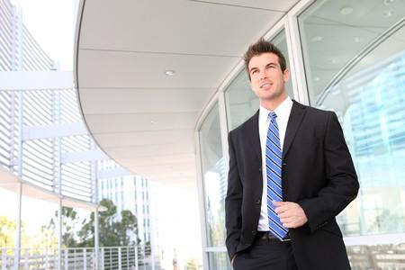 事務所ビルでハンサムな若いビジネスマン 写真素材