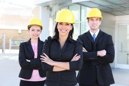 事務所ビルでハンサムなビジネスの男性と女性建設チーム