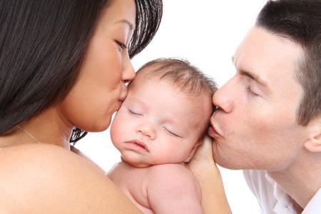 Un parent de maman et Papa embrasser leur bébé jeune