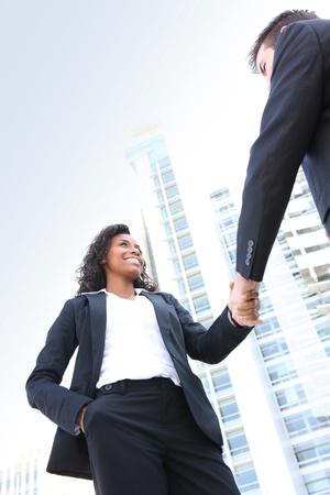 Un homme attrayant et diversifié équipe de femme d'affaires à l'immeuble de bureaux