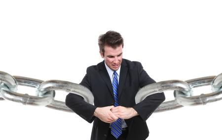 sinergia: Un hombre de negocios que luchan establecer una conexi�n con eslabones de cadena