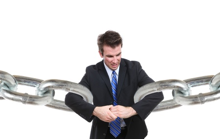 broken link: Un uomo d'affari che lottano per fare un collegamento con maglie di catena Archivio Fotografico