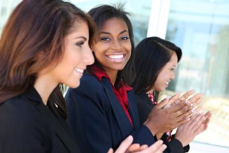 プレゼンテーションに拍手多様なビジネス女性チーム