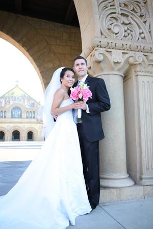 Une belle mariée et le marié à l'église beau pendant le mariage