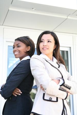 Une équipe de succès commerciaux africains et asiatiques de femmes diverses