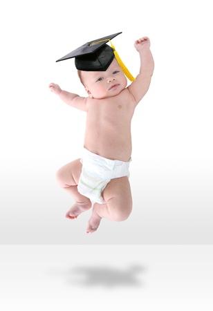 Un jeune happy baby infantile sauter de joie